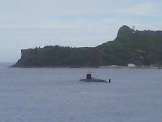 潜水艦現れる。
