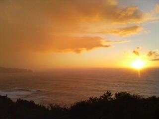 雨の中の夕日