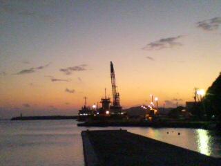 夕暮れの沖港