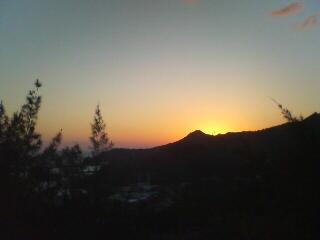 三日月山に夕日が落ちる